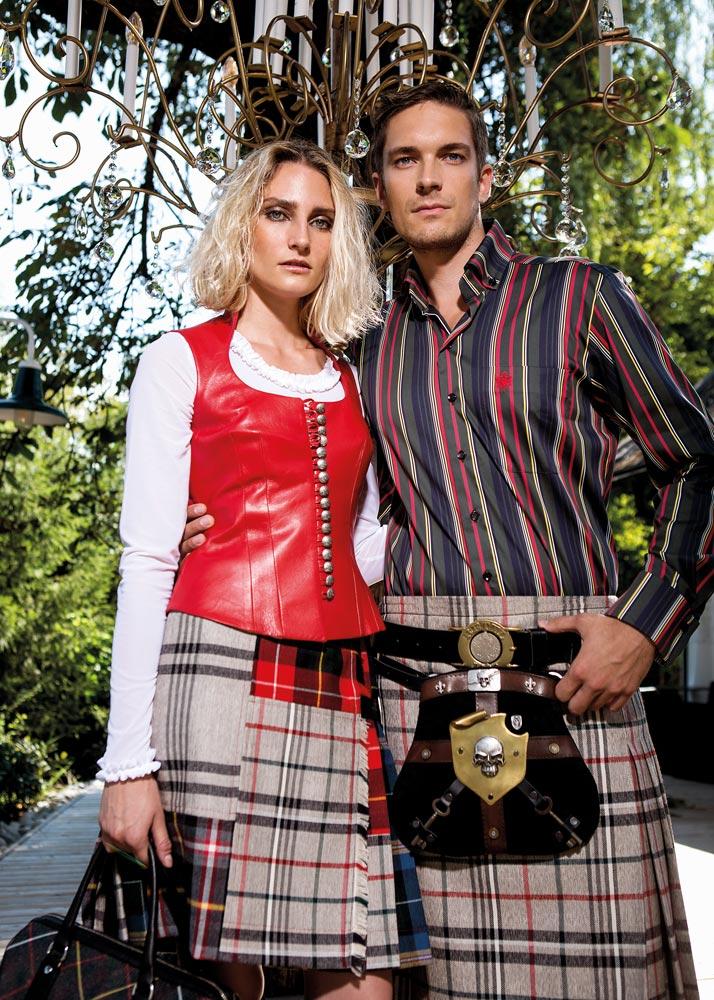 """Belinda: Gilet """"Elisabetta"""" Nappaleder rot € 550,- Shirt """"Kathi"""" transparent weiß mit Rüschenborte an Ausschnitt und Ärmeln € 155,- Kilt """"Maria Hipps"""" Patch Celtic € 595,-"""